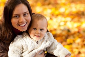 mom-and-child-in-autumn